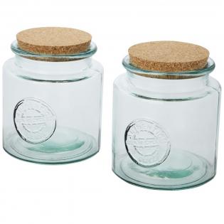 2-teiliges Set aus recyceltem Glas mit Korkdeckel, bestehend aus zwei 1500 ml Behältern für trockene Lebensmittel. Hergestellt aus 3 Glasflaschen. Recyceltes Glas wird mit weniger Energie, Rohstoffen und Additiven hergestellt als für die Herstellung von herkömmlichem Glas erforderlich. Behältergröße: Höhe 15 cm, Durchmesser 14 cm.