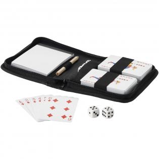 2 jeux de cartes, 5 dés, carnet et crayon dans une pochette de voyage.