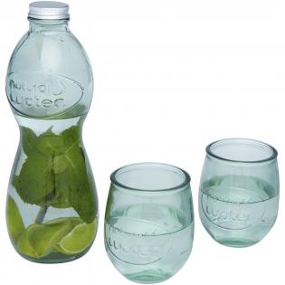 3-delige gerecyclede glazenset met een 1000 ml karaf en twee 400 ml kopjes. Gemaakt van 2 glazen flessen. Gerecycled glas wordt geproduceerd met minder energie, grondstoffen en toevoegingen, dan wat nodig is voor het maken van traditioneel glas.