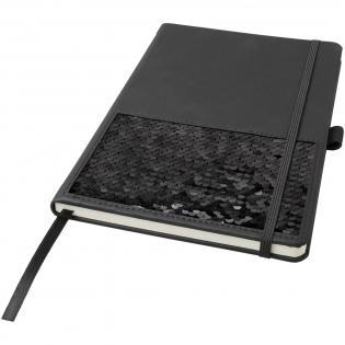 Notitieboekje met omkeerbare pailletten in zwart en zilver, geleverd in een zwarte luxe hoes. Specificaties: kaft (thermo PU): 15,6 cm x 21,2 cm, 70 g/m2 papier, 80 vellen crèmepapier, gelinieerde indeling, elastische sluiting, leeslint en een pennenlus.