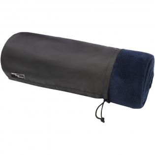 Ultraweiche Decke aus RPET Coral Fleece. Wird mit einer 190T RPET-Tragetasche mit Kordelzugverschluss geliefert. Verpackt in einem recycelten Polybeutel. Beutelgröße: Länge 37 cm, Durchmesser 16 cm.