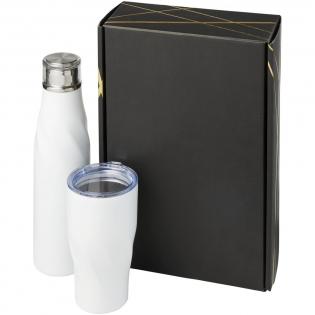 Geschenkset van een Hugo 650 ml koper vacuüm geïsoleerde drinkfles met automatische afdichting met een Hugo 470 ml koper vacuüm geïsoleerde beker. Gepresenteerd in een zwarte geschenkverpakking met glimmende goudkleurige details.