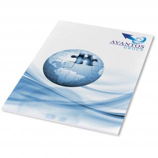 Wit A4 Desk-Mate® kladblok met omwikkelde omslag. Standaarduitvoering Inclusief 50 vel 80 g/m2 papier met een glanzende omslag van 250 g/m2 (21208002). Ook verkrijgbaar met 25 vel (21208001). Full colour bedrukking beschikbaar op omslag en elk vel.