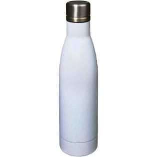 Houd uw dranken 12 uur warm of 48 uur koud met de Vasa Aurora vacuüm geïsoleerde fles met koper. Dubbelwandig en van 18/8 roestvrij staal met vacuümisolatie en een verkoperde binnenwand, dus uw drankje blijft gloeiend heet of ijskoud, net wat u wilt. De fles heeft een psychedelische en iriserende afwerking. Capaciteit is 500ml. Gepresenteerd in een Avenue geschenkverpakking.