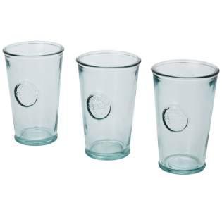 3-teiliges Set aus recyceltem Glas mit drei Bechern, jeweils 300 ml. Hergestellt aus 1 Glasflasche. Recyceltes Glas wird mit weniger Energie, Rohstoffen und Additiven hergestellt als für die Herstellung von herkömmlichem Glas erforderlich. Bechergröße: Höhe 13 cm, Durchmesser 8 cm.