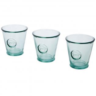 3-delige set van gerecycled glas met drie bekers van 250 ml. Gemaakt van 1 glazen fles. Gerecycled glas wordt geproduceerd met minder energie, grondstoffen en toevoegingen, dan wat nodig is voor het maken van traditioneel glas. Afmetingen beker: hoogte 9 cm, diameter 9 cm.