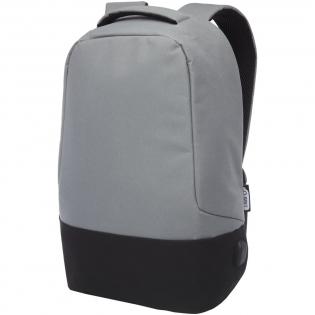 """Voorzien van een open hoofdvak met opbergpanel, gevoerde 15"""" laptophoes en 2 RFID beschermvakken. USB poort aan de rechterkant om eenvoudig apparaten van binnenuit aan te sluiten en op te laden. Wordt geleverd met gevoerde schouderbanden, rechterschouderband, verborgen ritsvak, handgreep en een trolleydoorvoer. Er worden ongeveer 15 plastic flessen gerecycled om deze tas te maken."""