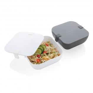 Deze stijlvolle en stevige lunchbox past perfect in een gezonde levensstijl. Door zijn vierkante vorm ideaal voor heerlijke salades, maar ook voor het opwarmen van pasta of gewoon voor je sandwiches. Gemaakt van PP, vaatwasser- en magnetronbestendig. Siliconen grip sluiting. Inhoud 2,4 liter.