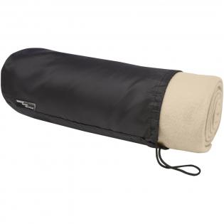 RPET Decke aus Polar Fleece, für den Innen- und Außenbereich geeignet. Wird mit einer 190T RPET-Tragetasche mit Kordelzugverschluss geliefert. Verpackt in einem recycelten Polybeutel. Beutelgröße: Länge 34 cm, Durchmesser 13 cm.