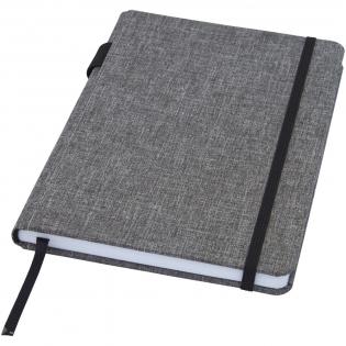 Carnet de tailleA5 avec couverture en tissu RPET. Comprend 96feuilles lignées en papier recyclé de 70g/m², une boucle pour stylo et un marque-page ruban. Emballé dans une pochette en carton.