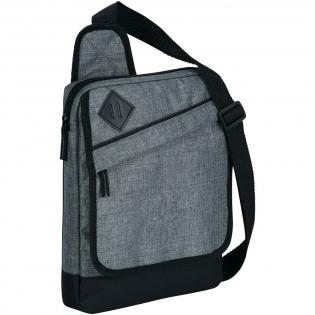 Compartiment principal matelassé adapté à tous les types de tablettes. Cette sacoche dispose d'une poche zippée protégée par un rabat et d'une poche poche ouverte pour pouvoir y ranger d'autres affaires. Bandoulière ajustable. Accessoires non compris.