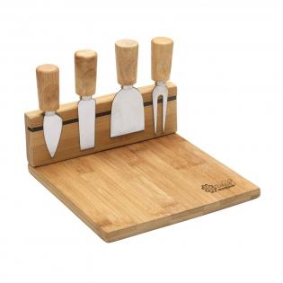 Bamboe kaasplank met messenhouder voorzien van een magneetstrip. Incl. 3 kaasmessen en 1 kaasprikker. Per set in doos.