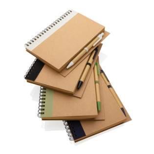 Houd je gedachten, notities, plannen, to-do's en meer bij met dit kraft spiraal notitieboekje met pen. Het notitieboek is voorzien van gelinieerd 70 gr crèmekleurig recycled papier en heeft een inhoud van 70 vellen / 140 pagina's. Het notitieboekje heeft een matching kraft pen. De schrijflengte van de pen is 600 meter, schrijfbreedte 1,0 mm met blauwe Duitse Dokumental inkt.