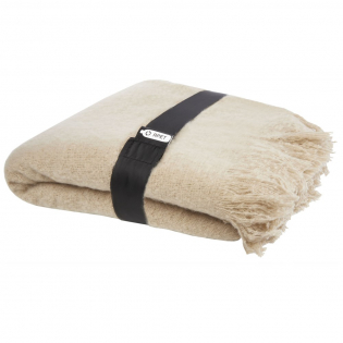 Ultra-soft RPET mohair blanket, wrapped with a 190T RPET ribbon. Packed in a recycled polybag. Fringes length: 10 cm on each side. Ribbon size: 72 cm x 4 cm.