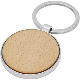 Runder Schlüsselanhänger in Premiumqualität aus Buchenholz mit Metallgehäuse aus Zink Legierung, geliefert in einem braunen Umschlag aus recycletem Kraft-Papier. Der Durchmesser des Schlüsselanhängers beträgt 4 cm. Hergestellt für Lasergravur.