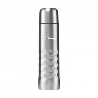 Doppelwandige Thermoflasche aus rostfreiem Edelstahl mit Schraubverschluss, der sich auch als Trinkbecher eignet, und praktischem Drück-Schütt-Mechanismus. Mit auffälligem 3D Design auf der Grifffläche. Fassungsvermögen: 500 ml. Pro Stück in einer Verpackung.