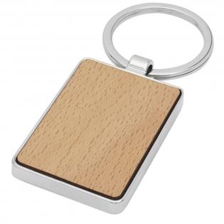 Rechthoekige sleutelhanger van premiumkwaliteit, gemaakt van beukenhout met metalen behuizing uit zinklegering, geleverd in een bruine gerecycleerd kraft  papieren envelop. De grootte van de sleutelhanger is 5 x 3 cm. Gemaakt voor lasergraveren.
