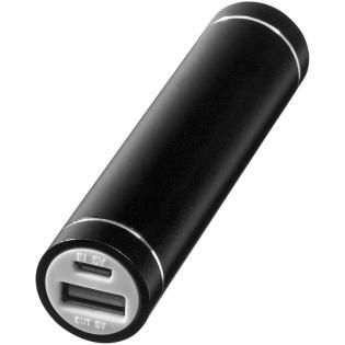 Deze powerbank heeft een capaciteit van 2200 mAh en levert voldoende energie voor het opladen van een tablet of andere audioapparaten. Powerbank zelf laadt in 2 uur op via de meegeleverde USB-kabel. Geleverd in een witte kartonnen geschenkverpakking.