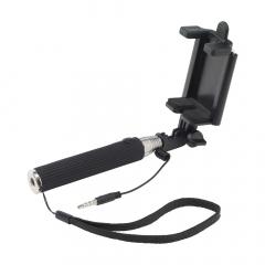 Compacte, handzame Selfie stick. Voor het op afstand maken van selfies en groepsfoto's. Met telescoopstick tot 51 cm uitschuifbaar, rubberen grip met ontspannerknop, stabiele houder en afneembaar koppelstuk voor bevestiging van een smartphone. Voorzien van standaard 3,5 mm plug, polslus en Plug & Play. Ingeklapt slechts 14,5 cm. Geschikt voor de meest gangbare telefoons (max. 8 cm hoog). Ook geschikt voor iPhone 8 en 10 mits je gebruik maakt van de Apple mini-Jack adapter (standaard meegeleverd met iPhone). Per stuk in doos.