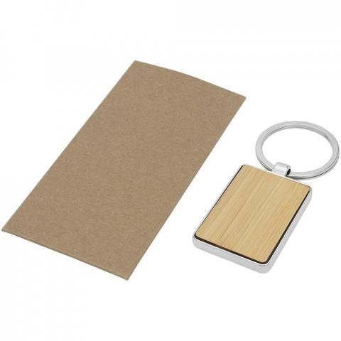 Rechthoekige sleutelhanger van premiumkwaliteit, gemaakt van bamboe met metalen behuizing uit zinklegering, geleverd in een bruine ambachtelijke papieren envelop. De grootte van de sleutelhanger is 5 x 3 cm. Gemaakt voor lasergraveren.
