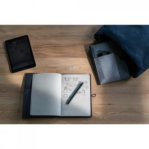 Kyoto is een stijlvolle cover voor uw A5 notitieboek. Kyoto biedt de mogelijkheid om uw telefoon, uw pen, kleine notities en andere accessoires eenvoudig bij elkaar te houden. Om het geheel te completeren wordt Kyoto geleverd met een notitieboek van 128 pagina's van 70g/m2 dat eenvoudig kan worden vervangen zodra deze vol is. Geregistreerd ontwerp®