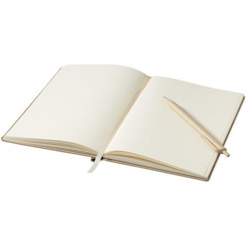 A5 gebundenes Notizbuch in Holz Optik, enthält 80 Blatt, cremefarben (70 g/m²), liniert, inkl. passendem Kunststoff Kugelschreiber, der am Buchrücken befestigt ist.