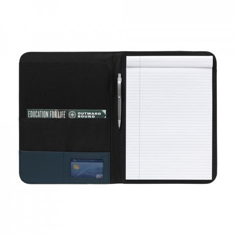 Schreibmappe/Dokumentenmappe aus 600D Nylon/Lederimitat im DIN A4-Format. Mit diversen Einsteckfächern. Inkl. Schreibblock und Kugelschreiber.