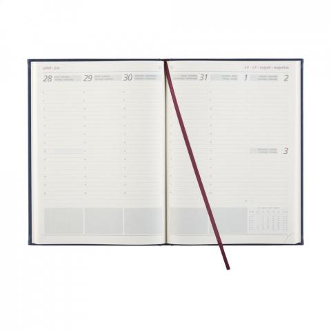 Viertalige bureau-agenda: NL, EN, F en D. Met sterk gewatteerde, imitatieleren Balacron omslag met het jaartal in blinddruk op de voorzijde, 80 g crème, houtvrij schrijfpapier, tweekleurendruk, garengebonden, royaal weekoverzicht over twee pagina's, jaarplanner lopende jaar en volgende jaar en extra pagina's met handige informatie. Extra groot formaat: 26,5 x 20 x 1,5 cm. Gemaakt van papier met een FSC-Mix keurmerk.
