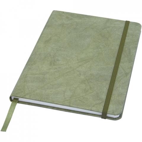 Carnet de taille A5 résistant aux déchirures avec pages intérieures fabriquées en pierre. Le papier de pierre n'utilise aucun arbre et le processus de production consomme moins d'énergie que celui du papier recyclé ou de nouvelle pâte à papier. Il est résistant à l'eau et les liquides renversés peuvent facilement être essuyés. Comprend un marque-page ruban et un élastique assortis, ainsi que 60 feuilles lignéesde 120m /g2 en papier de pierre. Emballé dans une pochette en carton.