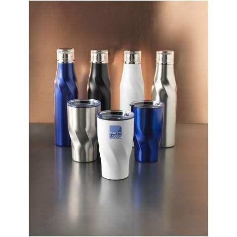Das Design verfügt über eine automatische Versiegelungsmethode, für ein einfaches Öffnen und ein angenehmeres Trinkerlebnis. Eine breite Öffnung zum bequemen Befüllen und Ausgießen. Die robuste, doppelwandige Vakuumkonstruktion aus Edelstahl mit Kupferisolierung ermöglicht es, dass Ihr Getränk 12 Stunden lang heiß und 48 Stunden lang kalt bleibt. Mit einem selbstversiegelnden und auslaufsicheren Deckel. Das Fassungsvermögen beträgt 650ml. Präsentiert in einer Avenue Geschenkschachtel.