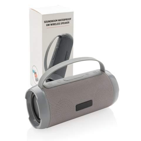 Kraftvoller kabelloser 6W Lautsprecher - perfekt für Ihre Outdoor-Aktivitäten. Hergestellt aus hochwertigem IPX4 wasserfestem Polyester. Die 1.200mAh Batterie spielt Ihre Lieblingsmusik für bis zu 6h und die BT 4.2 Technologie sichert eine stabile Verbindung und klaren Sound auf bis zu 10m. Mit Mikrofon und Anrufannahmefunktion um Telefonate führen zu können.